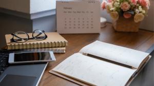 Monthly spread planner vs table calendar